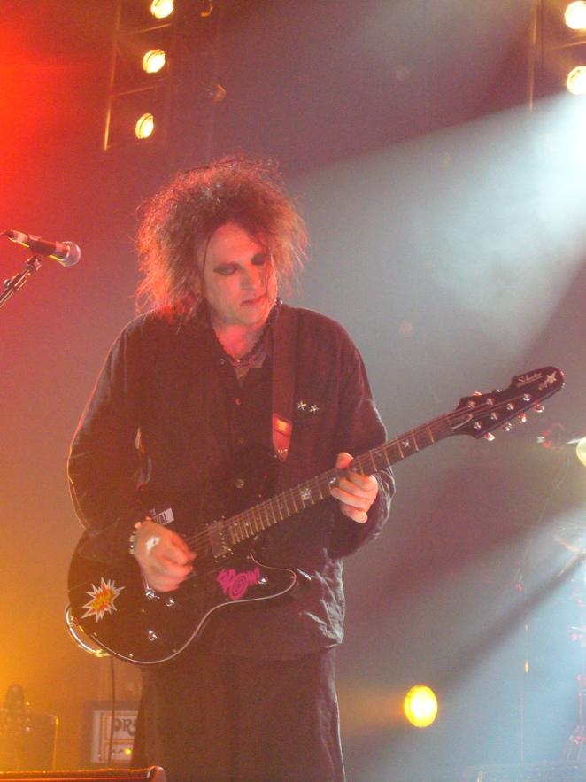 Robert_Smith_of_The_Cure_live_in_Singapore_1_August_2007